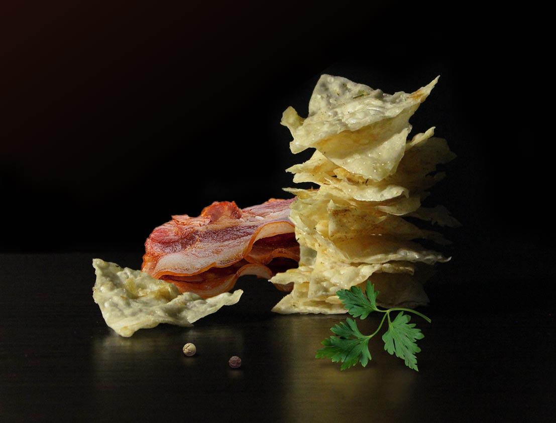 Постановочная фото съемка продуктов чипсы и бекон