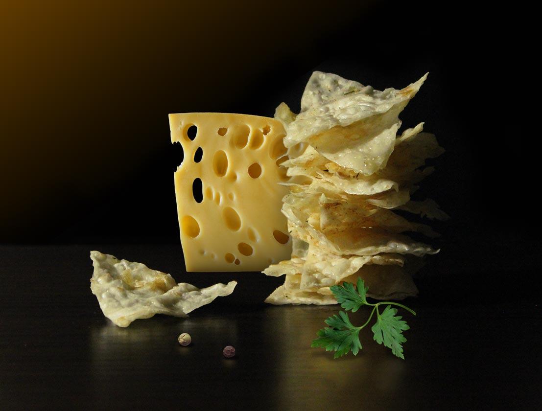 Itinanghal larawan pagbaril ng mga produkto chips at keso