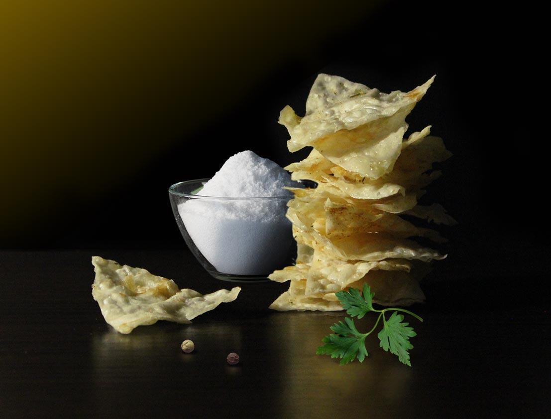 Itinanghal larawan pagbaril ng mga produkto chips sa asin